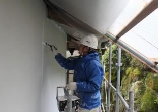 外壁パーフェクトトップ中塗り作業